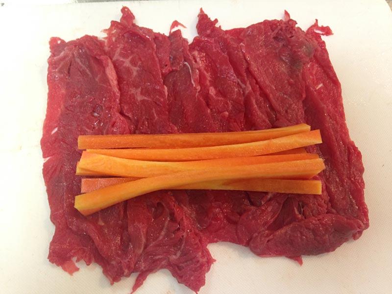 野菜を肉で包むように巻く