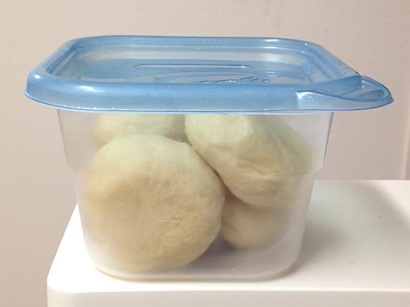 余ったパンの保存に深型タッパー